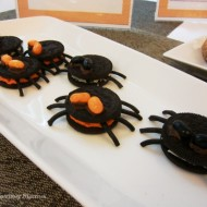 Easy Oreo Cookie Spiders for Halloween {Recipe}