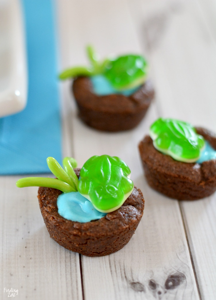 Frog Cookie Cups to look like a pond. Perfect birthday party, classroom or leap year treat!