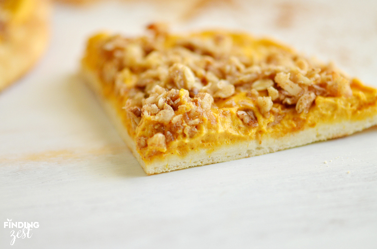 This warm pumpkin dessert flatbread with crumb topping can be made in under 15 minutes!