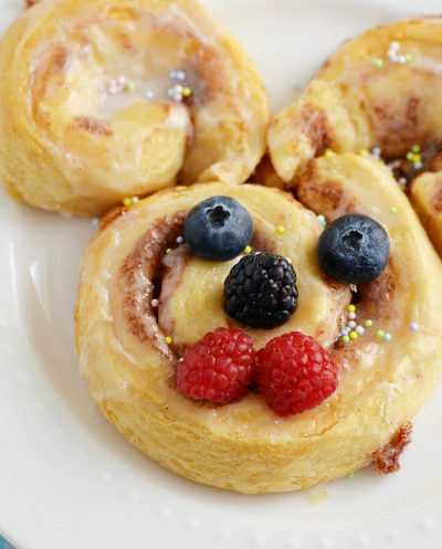 Give these easy Easter Cinnamon Rolls a try for breakfast. You won't believe how simple it is to make bunny and berry filled Easter egg cinnamon rolls!