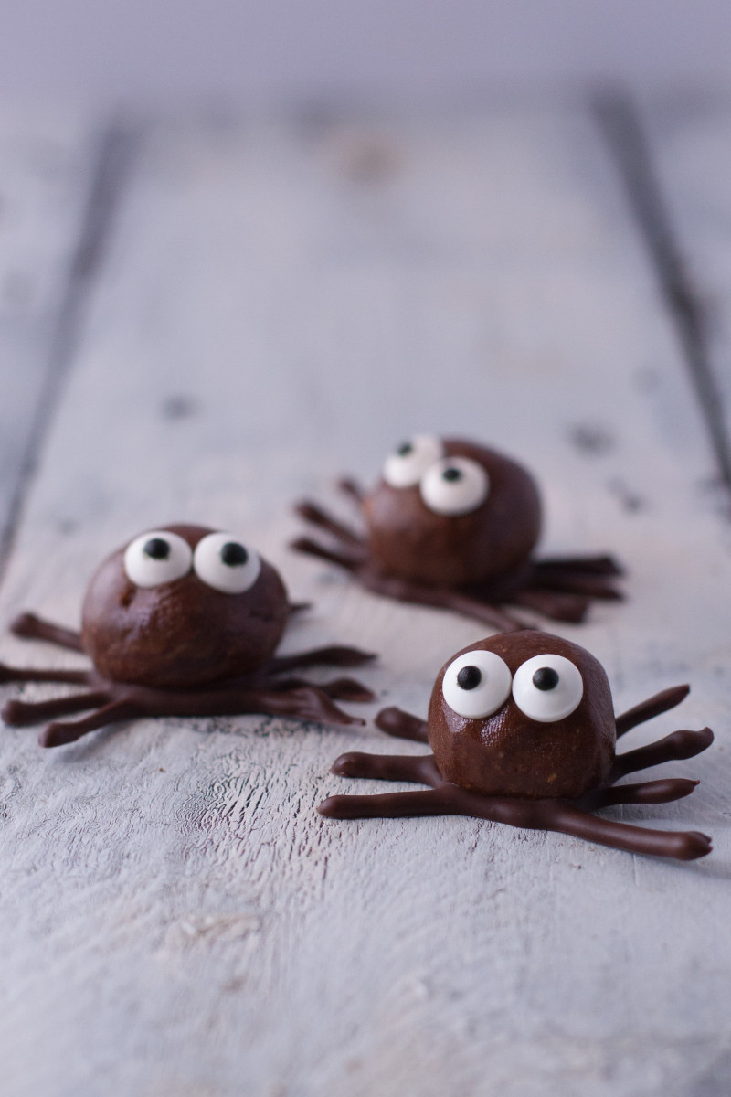 Try thesedeliciously spooky Halloween spider recipes! Over 20 easy Halloween food ideas are shared including spiders and spider webs. Make them for a Halloween party or to simply surprise your kids!