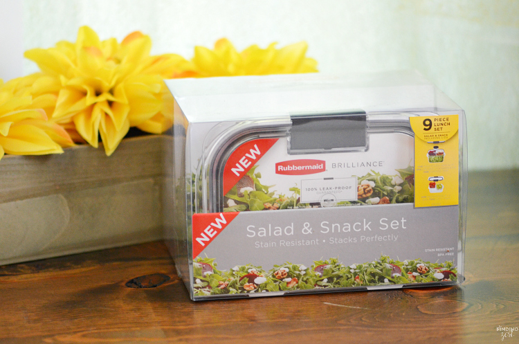 Lunch got you stumped? Try this salad kit hack for a healthy and fresh lunch option on the go with Rubbermaid!